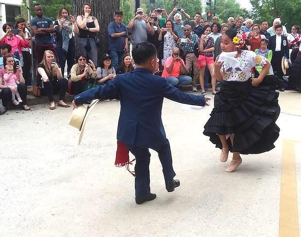 PERÚ. Una pareja de niños arrancó aplausos por la habilidad de sus movimientos al bailar una marinera.