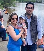 Paula y su esposo Samuel Ramírez, con el pequeño Joshua. Esperan su segundo bebé.