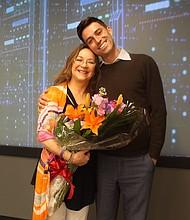 PROFESIONALES. Sebastián Salazar y su madre Milagros. Ella es una científica y él un reconocido periodista de deportes bilingüe.