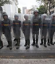 CARACAS. Miembros de la Guardia Nacional prestan guardia e impiden el paso de periodistas al edificio de la Asamblea Nacional el martes 7 de mayo.