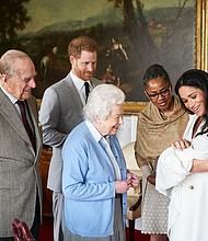 INGLATERRA. El príncipe Enrique de Inglaterra (2i) y la duquesa de Sussex, Meghan Markle (d), presentan a su hijo recién nacido, Archie Harrison Mountbatten-Windsor, a la madre de la duquesa de Sussex, Doria Ragland (2d), y a la reina Isabel II de Inglaterra (c) y a su esposo Felipe, duque de Edimburgo (i), este miércoles en el castillo de Windsor