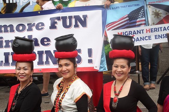 FILIPINAS. Danzantes de filipinas demostraron sus habilidades al frente de su embajada.