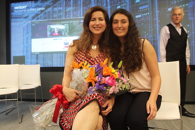 EXITOSAS. Luisa Tío, junto con su hija Ana Humphrey, fue agasajada con un ramo de flores y departieron alegremente con los otros asistentes a esta celebración.