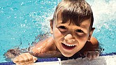 Verano. Grandes y chicos podrán acceder a clases de natación en diversas localidades.