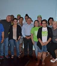 TRIUNFO. La alcaldesa Tremino junto a un grupo de funcionarios y simpatizantes.