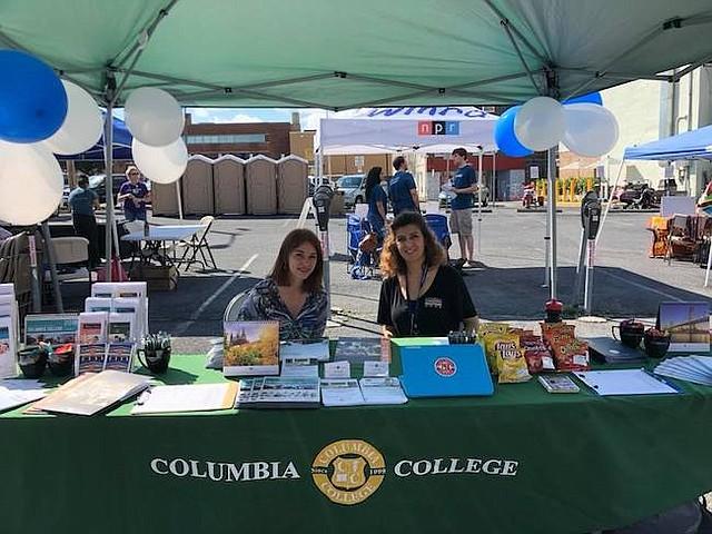 FESTIVAL. Informando sobre el Columbia College, durante un evento comunitario.
