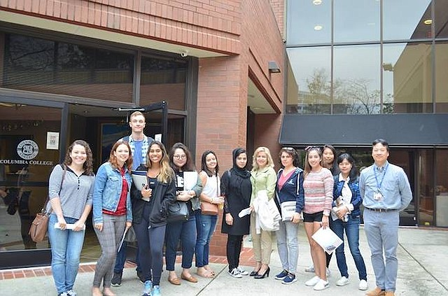 DIVERSO. Estudiantes de diversas nacionalidades posan afuera del campus de Vienna, VA.