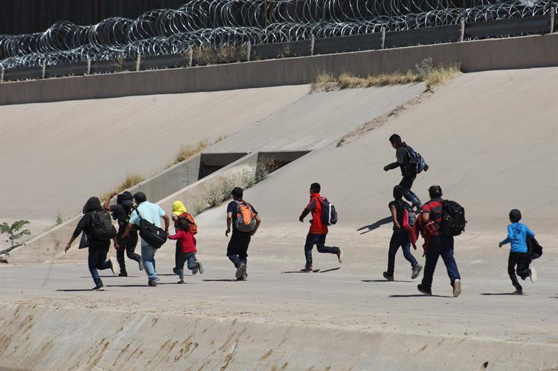 FRONTERA. Unos 500 migrantes centroamericanos caminan este jueves sobre el río Bravo, en Ciudad Juárez, en el estado de Chihuahua (México), para cruzar la línea fronteriza hacia Estados Unidos y entregarse a la policía migratoria norteamericana