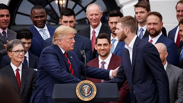 El presidente Donald Trump saluda al lanzador Chris Sale durante la visita de los Medias Rojas a la Casa Blanca