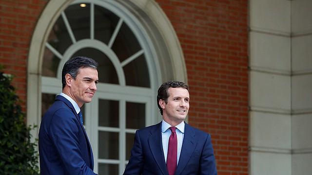 ENCUENTRO. El jefe de gobierno español, Pedro Sánchez, se reúne con el líder del Partido Popular (PP), Pablo Casado, en Madrid.