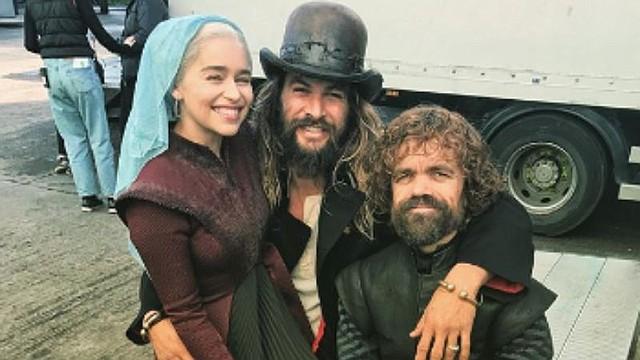 SHOW. Emilia Clark junto a sus compañeros de set, Jason Momoa y Peter Dinklage