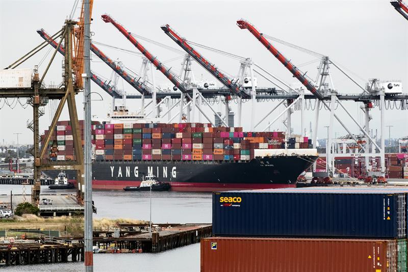 """COMERCIO. Un buque de carga de la compañía de transporte taiwanesa Yang Ming llega el lunes 14 de mayo al puerto de Los Ángeles, California, en medio de la """"guerra comercial"""" entre Estados Unidos y China."""