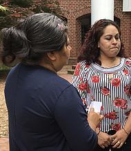 MADRES. Fidela Martínez (de espaldas) y María del Carmen Valencia dicen que el personal de la escuela Chancellor Middle School les exigió una licencia de conducir.