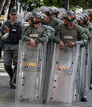 CARACAS. Funcionarios de la Guardia Nacional y la Policía Nacional montan guardia el martes 14 de mayo en los alrededores del Palacio Federal Legislativo.