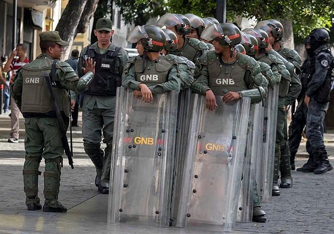 Militares y policías impiden acceso de la prensa a sede del Parlamento venezolano
