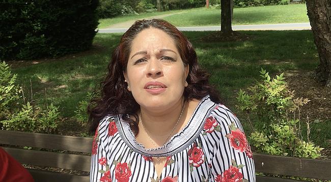"""INCÓMODO. """"Me preguntó por qué no tenía licencia y si es que yo tenía 'green card'"""", dice María del Carmen Valencia sobre el policía de la escuela."""