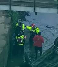 SUCESO. Las dos personas rescatadas fueron llevadas a ambulancias que esperaban en la escena.