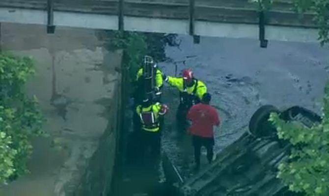 Dos personas rescatadas tras vuelco de auto en el canal C&O