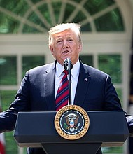 POLÍTICA. El presidente de Estados Unidos Donald J. Trump habla este jueves en el Jardín Rosado de la Casa Blanca en Washington