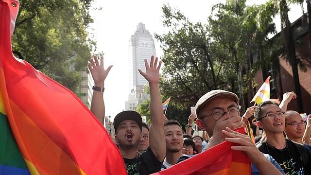 ASIA. Simpatizantes del colectivo homosexual se concentran a las puertas del Parlamento durante el debate sobre la legalización del matrimonio de personas del mismo sexo, este viernes en Taipei (Taiwán).