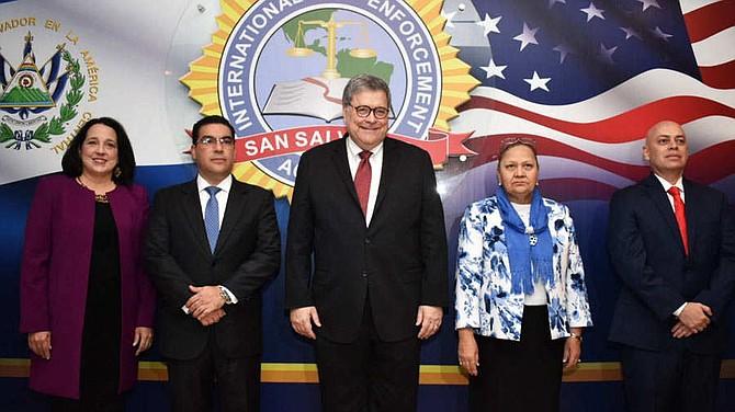 POLÍTICA. El fiscal general de Estados Unidos, William Barr, (centro) junto con sus homólogos, Raúl Melara (El Salvador), María Porras (Guatemala) y Óscar Chinchilla (Honduras). Les acompaña, la embajadora de EE.UU. en El Salvador, Jean Manes.