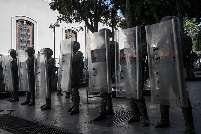 DESAFÍO. Los militares en Venezuela dicen cumplir órdenes para impedir la labor de la prensa.
