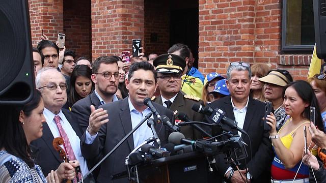 LOCALES. Carlos Vecchio, embajador de Venezuela en Estados Unidos -nombrado por Juan Guaidó-, en declaraciones a la prensa el jueves 16 de mayo.