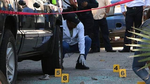 SUCESO. La policía registra que dos personas fueron transportadas a un hospital local con heridas de bala y una de ellas falleció.