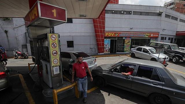 CARACAS. Personas reponen combustible, este viernes, en una estación de servicio de Caracas