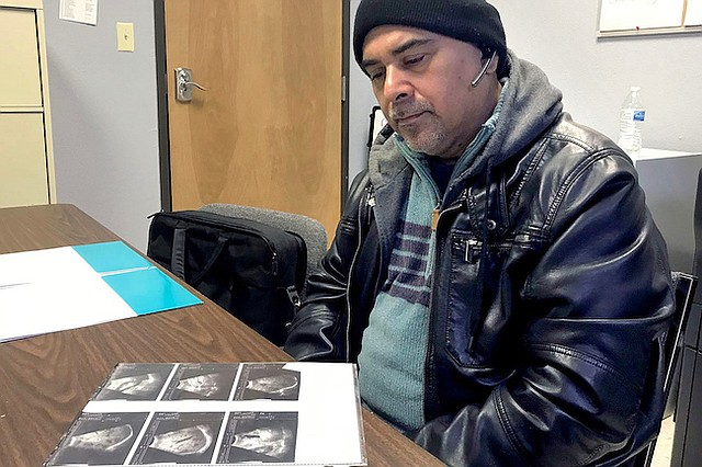 Carlos Rivera había estado perdiendo peso y sintiendo un dolor abdominal intenso antes de ser diagnosticado con cáncer de colon avanzado. Desde el principio enfrentó problemas para obtener tratamiento por la falta de opciones para los residentes del Valle del Río Grande que no tienen seguro o no pueden pagar sus cuentas médicas.