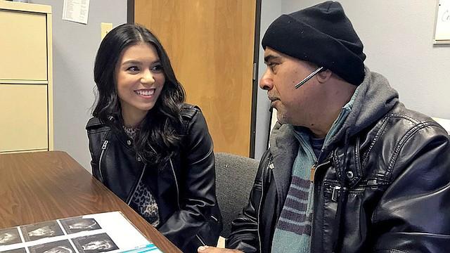 Carlos Rivera, quien fue diagnosticado con cáncer de colon avanzado, tuvo problemas para recibir tratamiento hasta que consiguió seguro con la ayuda de Ziomara Tirado, coordinadora de atención médica en Hope Family Health Center, una clínica sin fines de lucro en McAllen, Texas.