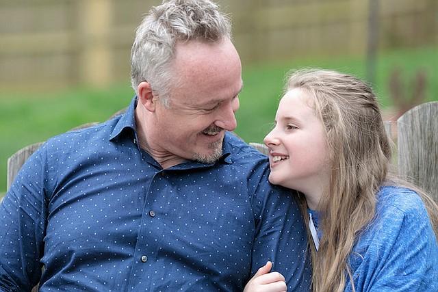 El padre de Oakley, Josh Perry, enseña ética y finanzas en la atención de salud en la Universidad de Indiana, y dijo que el costo del cuidado de su hija lo escandalizó.