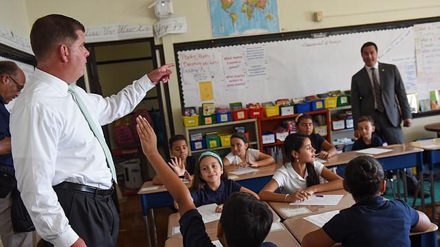 El alcalde Marty Walsh interactúa con un grupo de estudiantes de BPS