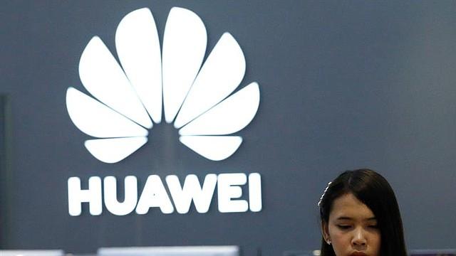 TECNOLOGÍA. Una empleada revisa un teléfono Huawei en una tienda de la marca en Bangkok, Tailandia, el martes 21 de mayo de 2019.