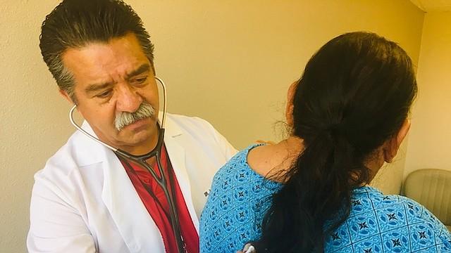 """Cuando era niño, el doctor J. Luis Bautista recogía fruta junto a sus padres y nueve hermanos en el condado de Ventura. """"Juré en la escuela de medicina que ayudaría a las personas que trabajan en los campos"""", dijo."""