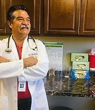 El doctor J. Luis Bautista, quien fue él mismo trabajador agrícola, gerencia dos clínicas en el Valle Central de California que ofrecen, a menudo gratis, atención médica a migrantes que no tienen dinero y que están profundamente preocupados por la línea dura del gobierno sobre inmigración.