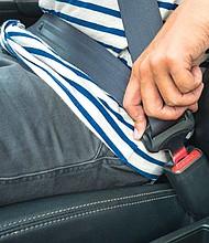 ABRÓCHESE. Casi mil texanos perdieron la vida el año pasado por no utilizar el cinturón de seguridad, según el Departamento de Transporte de Texas.