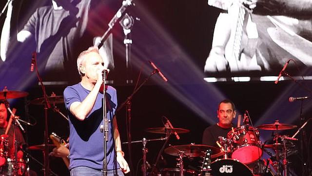 ESPAÑOLES. El vocalista de Hombres G, David Summers (i), y el baterista Francisco Javier de Molina (d), en acción durante el concierto de la banda española Hombres G y Enanitos Verdes  en Texas.