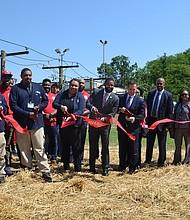 INAUGURACIÓN. Con el corte de la cinta simbólica se abrió este campo de entrenamiento en el suroeste de la capital nacional.