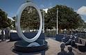 DISEÑO. El diseño cuenta con un círculo elevado de acero inoxidable que descansa sobre un tambor de piedra tallado.