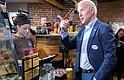 POLÍTICA.  El exvicepresidente de Estados Unidos, el demócrata Joe Biden, toma un café y conversa con posibles votantes en el marco de su campaña presidencial para 2020