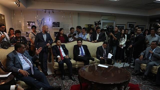 LEGISLACIÓN. Varios diputados conversan el jueves 24 de mayo en el Congreso de El Salvador, en San Salvador.