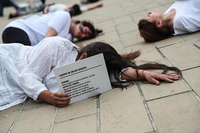 PROTESTA. Un grupo de mujeres realiza una manifestación creativa en Chile para llamar la atención sobre los casos de feminicidio.