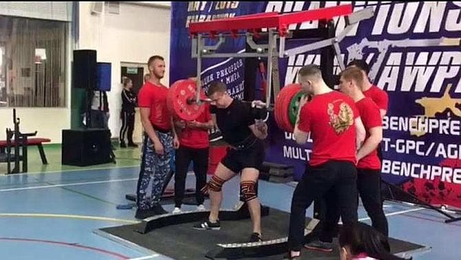 DEPORTES. Yaroslav Radoshkevich, un atleta ruso de 20 años que sufrió una fuerte lesión.