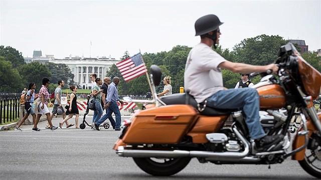 NACIONAL. Motociclistas pasan por la Casa Blanca mientras miles de motociclistas participan en el fin de semana anual del Día de los Caídos del Trueno Rodante 'Ride To The Wall', convergiendo en el Monumento a los Veteranos de Vietnam en Washington, DC.