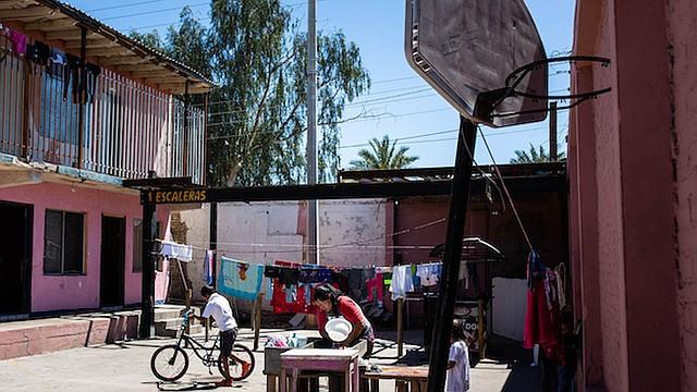 Tania (no es su nombre real) lava la ropa en un refugio en Mexicali, donde estuvo con su familia por varias semanas, primero esperando para aplicar para asilo, y luego esperando por la audiencia en la corte. Una semana después que se tomó esta foto, se desmayó a causa del calor y tuvo que ser hospitalizada.