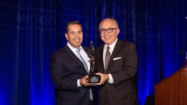 Congresista. El galardonado por su trabajo a favor de la comunidad latina de Estados Unidos fue el congresista del estado de Nuevo México, Ben Ray Luján (iz), junto con Mickey Ibarra, fundador de Latino Leaders Network.
