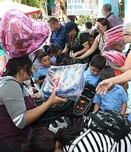 LABOR. Manfredo Mejía, repartiendo mochilas en Intipucá, a través del Comité de Ciudades Hermanas Arlington-San Miguel.