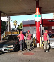 VENEZUELA. Foto de una estación de servicio en el estado Vargas militarizada.