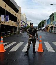 POLÍTICA. Un soldado del Batallón Presidencial custodia el acceso al parque Gerardo Barrios por la avenida España.